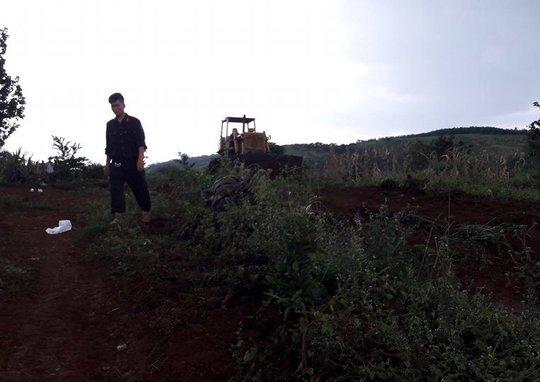 Chiếc xe máy ủi mà Công ty Long Sơn tiến hành san ủi đất dẫn đến vụ nổ súng