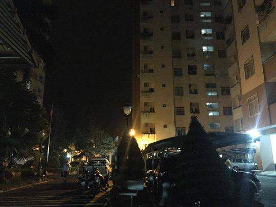 Công an và người dân đứng kín bãi sân chung cư Him Lam lúc nửa đêm để tìm cách giải thoát nhiều trẻ em và 1 phụ nữ.