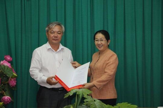 Bà Võ Thị Dung, Phó Bí thư Thành ủy TP HCM (phải) trao quyết định cho ông Dương Thế Trung. Ảnh: Bảo Nghi