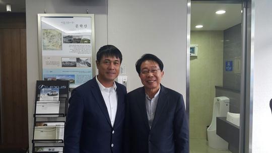 Hữu Thắng với giám đốc điều hành Park Yong Bok