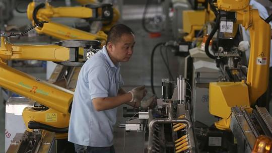 """Không ít người lao động cam chịu làm việc như """"cỗ máy"""" để mưu sinh Ảnh: REUTERS"""
