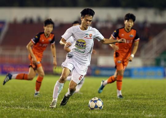 Văn Toàn tự tin sau khi lập cú đúp ở trận U21 HAGL thắng U21 Gangwon 3-1 ở lượt cuối vòng bảng Ảnh: Quang Liêm