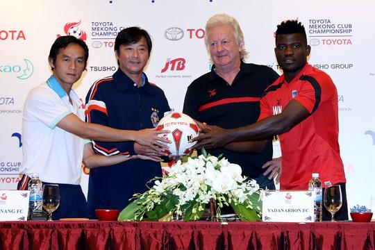 Tiền vệ Vũ Phong, HLV Huỳnh Đức và HLV Desaeyere cùng đại diện đội Yadanarbon trong buổi họp báo trước trận Ảnh: Hải Anh