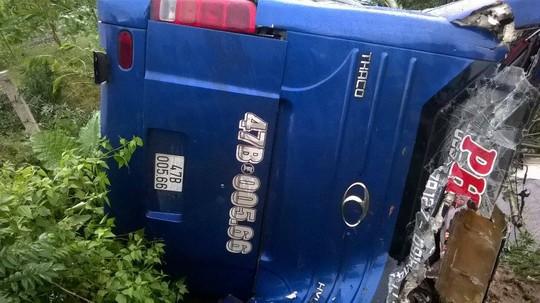 Chiếc xe khách bị lật hư hỏng nặng