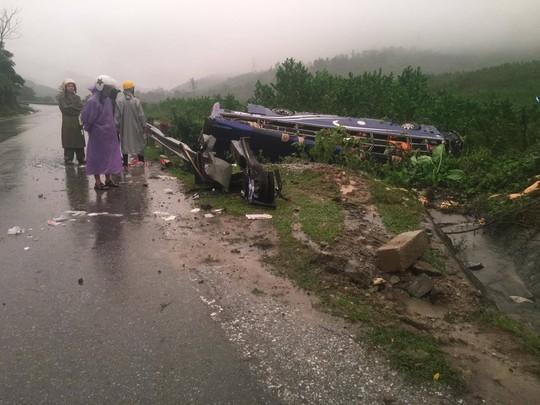 Lật xe khách, 2 người chết và 14 người bị thương