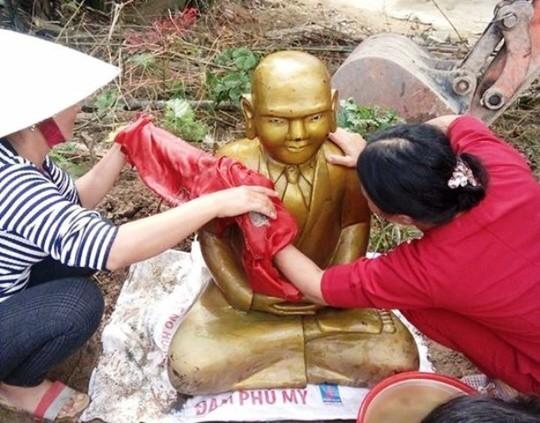Pho tượng được gia đình ông Thái phát hiện khi múc đất ngăn đầm nuôi tôm