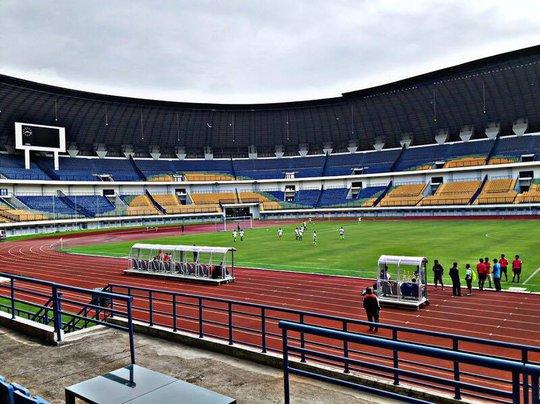 Sân Pakansari khá đẹp