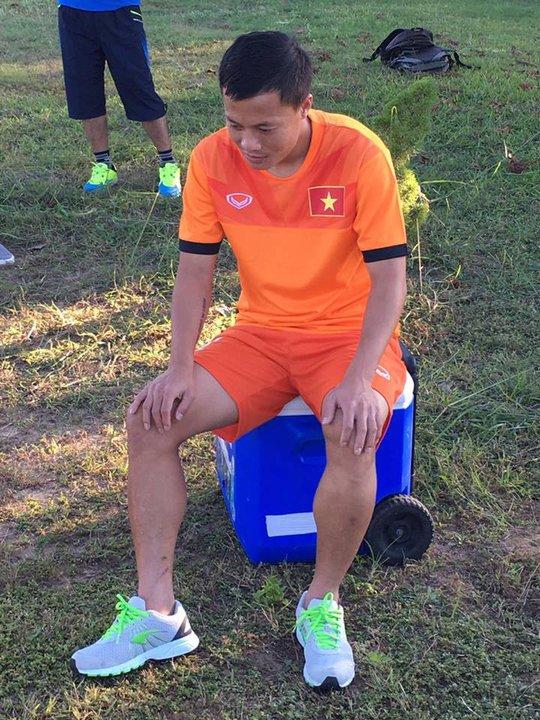Tiền vệ Thành Lương với đôi chân bầm tím vì những tình huống đá bạo lực của Malaysia nên được miễn chạy bộ
