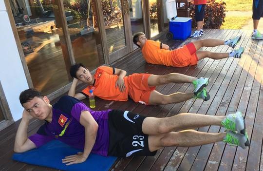 Các cầu thủ tuyển Việt Nam thư giãn sau trận thắng Malaysia