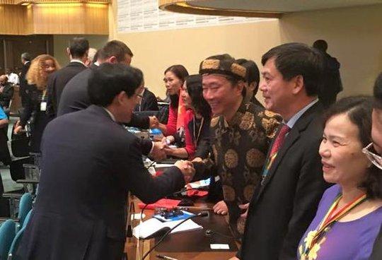 Các đại biểu quốc tế chúc mừng đoàn Việt Nam - Ảnh: Facebopk Đại sứ Phạm Sanh Châu