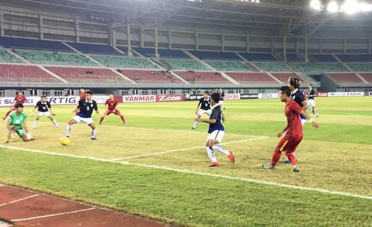 Cú sút của Văn Thanh không làm khó được thủ môn của Campuchia