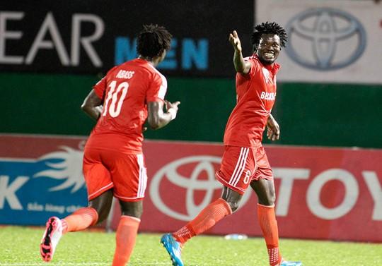 Moses Aloya (phải) từng là trụ cột của B. Bình Dương giúp đội bóng này giành 2 chức vô địch liên tiếp Ảnh: Hoàng Triều