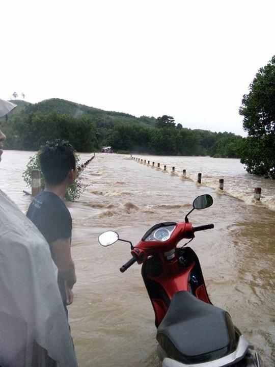 Giao thông ở một số xã của huyện Núi Thành bị chia cắt Ảnh: Trang Bùi