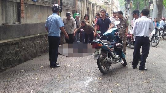 Người dân đang kêu xe cấp cứu để đưa đôi nam nữ đến bệnh viện. Ảnh: Văn Minh