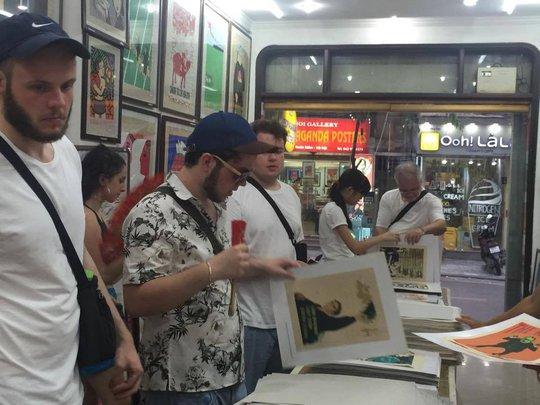 Khách nước ngoài thích thú với tranh cổ động ở Hà Nội