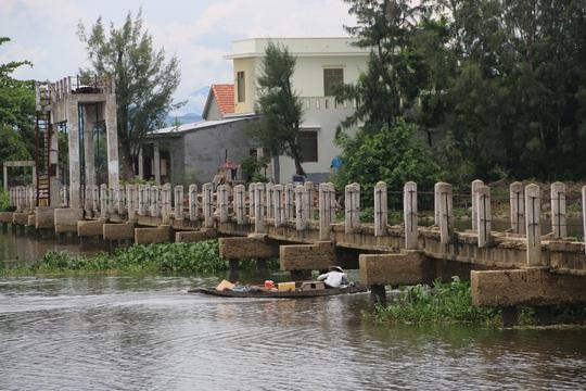Theo chính quyền địa phương, trong số 17 trường hợp tử vong tại cây cầu này thì có 11 người chết do ngã từ trên cầu xuống, 6 người khác đi thuyền qua cầu bị va đập chìm thuyền.