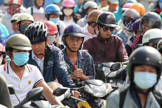 Đến khoảng 9 giờ, khi lượng xe ô tô ở các khu đô thị từ quận 2 bớt ra vào cũng là lúc xa lộ Hà Nội tương đối dễ thở