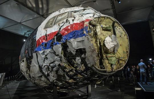 Xác của máy bay MH17 đặt tại căn cứ quân sự Gilze-Rijen – Hà Lan. Ảnh: REUTERS