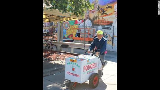 Hình ảnh ông cụ đội nón vàng đẩy xe kem trên đường phố Chicago đã trở nên quen thuộc với mọi người ở đây. Ảnh: CNN