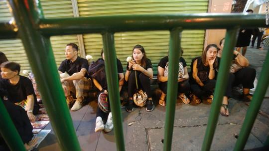 Trong khi một số khác ngồi chờ ngoài bệnh viện. Ảnh: AP