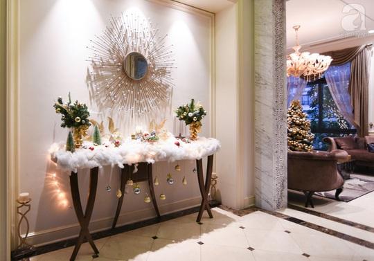 Khu sảnh chính được trang trí ấn tượng với rất nhiều món đồ xinh xắn, bông tuyết, quả thông. Đây cũng là nơi lũ trẻ vô cùng ưa thích trong nhà.