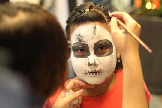 Những em nhỏ cũng được vẽ hóa trang trong đêm Halloween hết sức công phu
