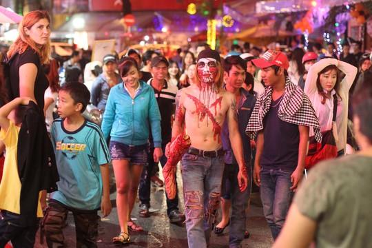 Nhiều người hóa trang ghê rợn đi lại trên đường phố