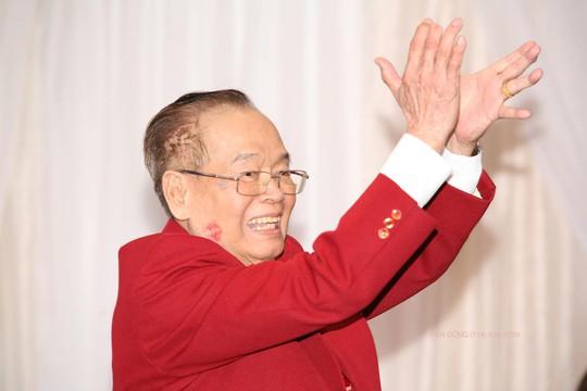 Nụ hôn dính son môi trên má của NS Văn Chung trong đêm sinh nhật 89 tuổi chính là nụ hôn của vợ