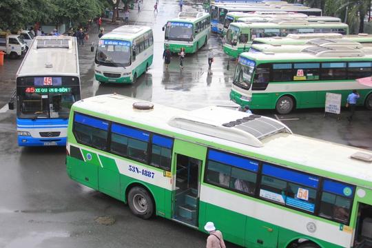 Xe buýt xếp hàng chờ xuất bến ở Bến xe Miền ĐôngẢnh: Sỹ Đông