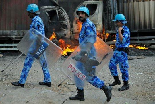 Lực lượng an ninh can thiệp ở bang Karnataka. Ảnh: REUTERS