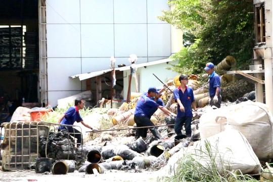 Các công nhân dọn dẹp hiện trường sau đám cháy