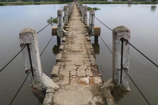 Do cầu dài trong khi chiều ngang quá nhỏ nên việc lưu thông qua cầu hết sức nguy hiểm. Tính đến thời điểm này, đã có ít nhất 17 người chết tại cây cầu này.