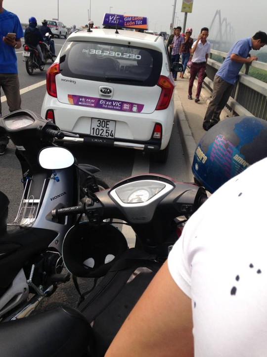 Chiếc taxi trên cầu Nhật Tân - ảnh:otofun