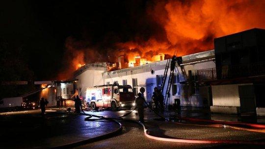 Lực lượng cứu hỏa dập lửa ở nhà kho phía Đông Moscow hôm 23-9. Ảnh: AP
