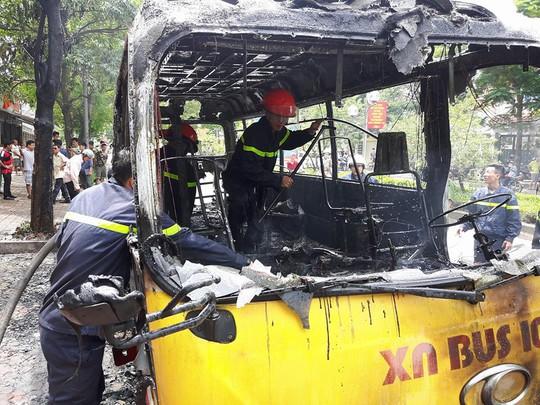 Lực lượng PCC đang xử lí hậu quả vụ hỏa hoạn - Ảnh: Đoàn Tuấn