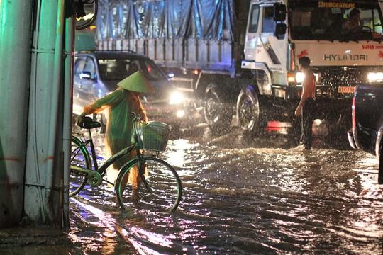 Cơn mưa lớn chiều 26-9 đã làm cho các tuyến đường như Võ Văn Ngân, Đặng Văn Bi và Kha Vạn Cân tại Quận Thủ Đức chìm trong cảnh ngập nước và kẹt xe