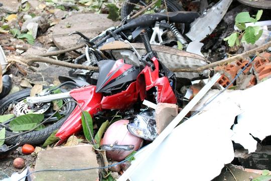 Một chiếc xe máy bị nghiền nát sau vụ tai nạn.