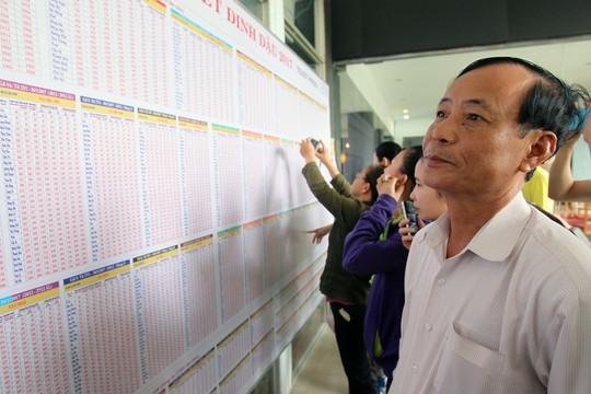Người dân tới ga Sài Gòn xem giá tàu Tết vào sáng 1-10