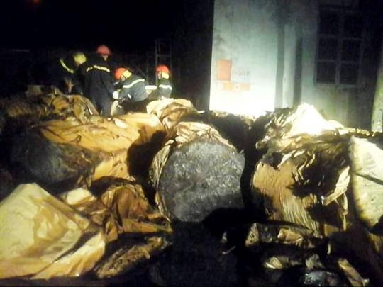 Đồ đạc trong nhà xưởng bị cháy nham nhở sau khi đám cháy được khống chế