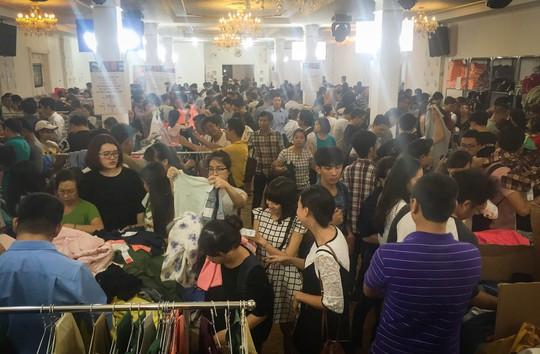 Các mặt hàng tại đây đa phần là quần áo, giày dép và túi xách.