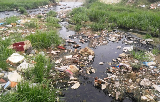 Theo Trưởng phòng Quản lý đô thị thị xã Sầm Sơn, tại bãi biển Sầm Sơn đang có 5 cống tràn đổ ra biển