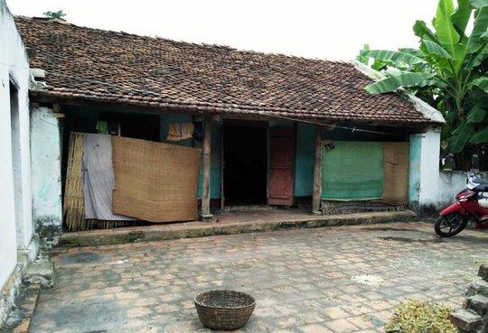 Ngôi nhà nhỏ được xây dựng gần nửa thế kỷ, nơi mẹ con cụ Quí đang ở không có gì đáng giá ngoài một bộ bàn ghế cũ kĩ và 2 chiếc giường ọp ẹp