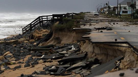Một con đường cao tốc ở bang Florida bị phá hủy. Ảnh: AP
