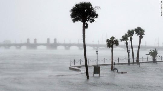 Nước dâng cao tràn qua tường chắn ở bang Florida. Ảnh: AP