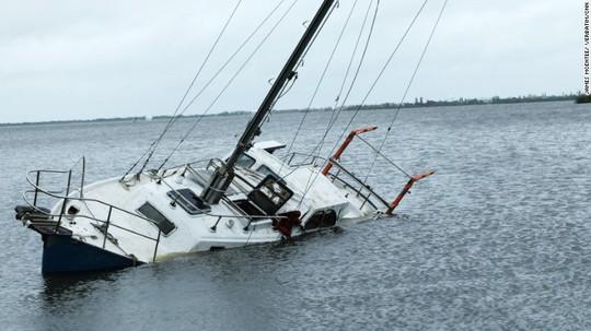 Thuyền bị lật úp tại bang Florida. Ảnh: CNN