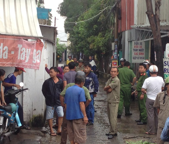 Rất đông người dân đến hiện trường theo dõi vụ việc