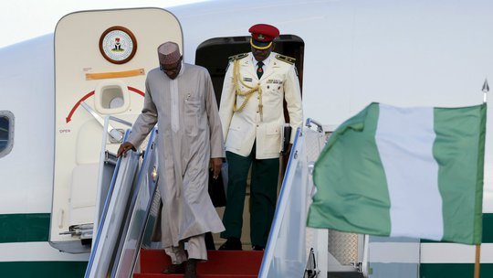 Tổng thống Buhari (trái) sẽ có ít máy bay hơn hiện tại. Ảnh: REUTERS