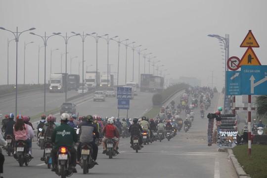 Cầu Rạch Chiếc và Xa lộ Hà Nội cũng bị mù khô khói bụi che phủ một lớp trắng xóa.