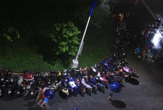 Xe máy của sinh viên được giải cứu từ hầm giữ xe bị ngập lên sân bãi của KTX đậu tạm.