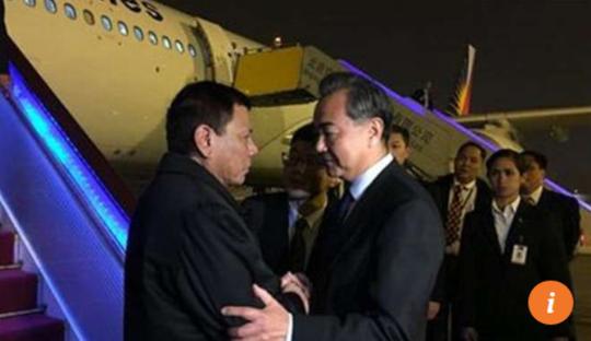 Ngoại trưởng Trung Quốc Vương Nghị đón ông Duterte tại Bắc Kinh. Ảnh: CCTV